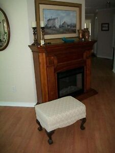 GORGEOUS IVORY WHITE QUEEN ANNE WING CHAIR & FOOTSTOOL Kingston Kingston Area image 9