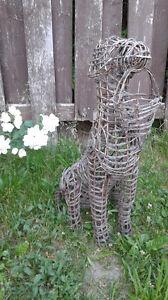 Gabarit pour former un topiaire en forme de chien.
