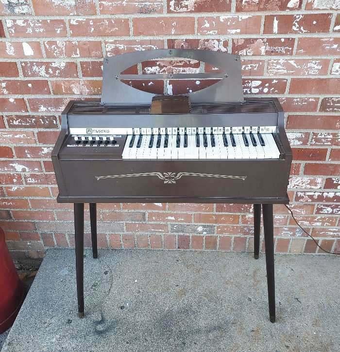 Magnus Electric Chord Organ Model 654P Legs Music Holder Music Books