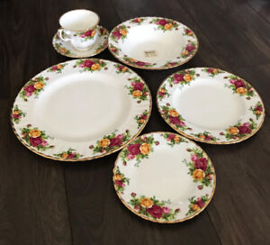 Never Used Royal Albert Old Country Roses 60 Piece Dinnerware &