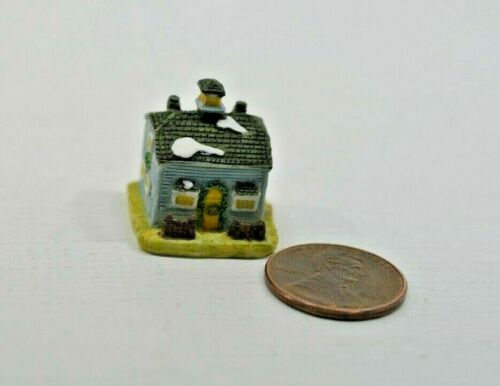 Miniature Manor House Sculpture in 1:12 doll scale A4199