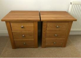 2 SOLID OAK BEDROOM BEDSIDE CABINETS