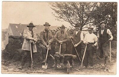 Berufe, Torfstecher oder Bauarbeiter , Group of male workers Foto RPPC c.1915