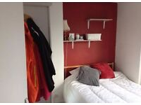 Spacious and airy Cowley room (short let only)