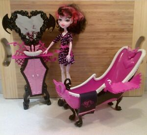 Monster high Draculaura Doll and powder room playset