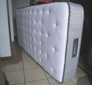 Barely used Single Sealy Extra Firm Spring Mattress, delivery $$