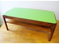 Trendy mid-century style coffee table in wood with reversible top (green and yellow)