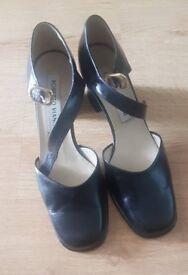 Ladies Robert Vianni size 7 shoes