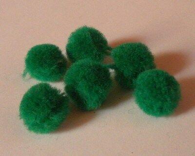 6 alte Bommeln  für Puppenkleidung oder Puppenschuhe grün ca, 1,3cm