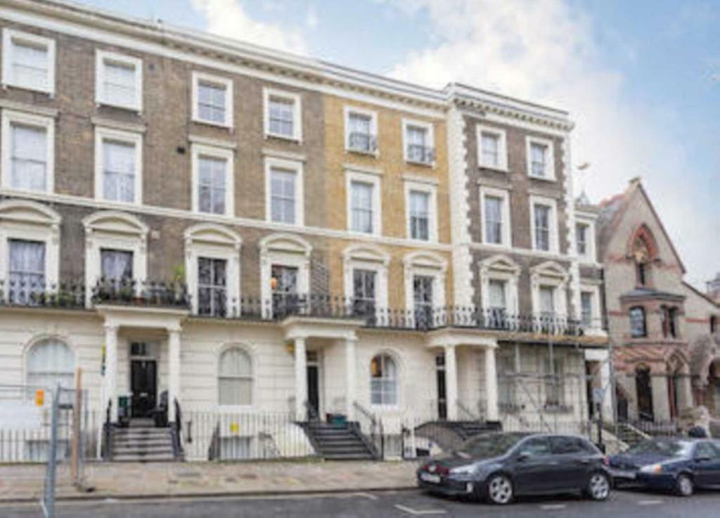 2 bedroom flat in Oakley Square, Camden Town, NW1
