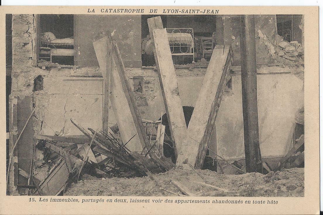 Cpa - lyon (69) les immeubles partagés en deux, laissent voir des appartements..