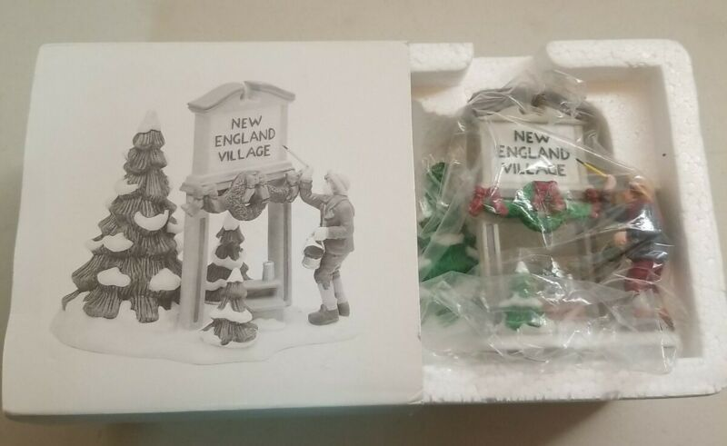 Dept 56 Fresh Paint New England Village Sign #56592 Holiday Wreath Snow