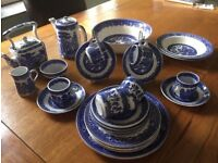 Willow pattern Tea Set and plates by Alfred Meakin