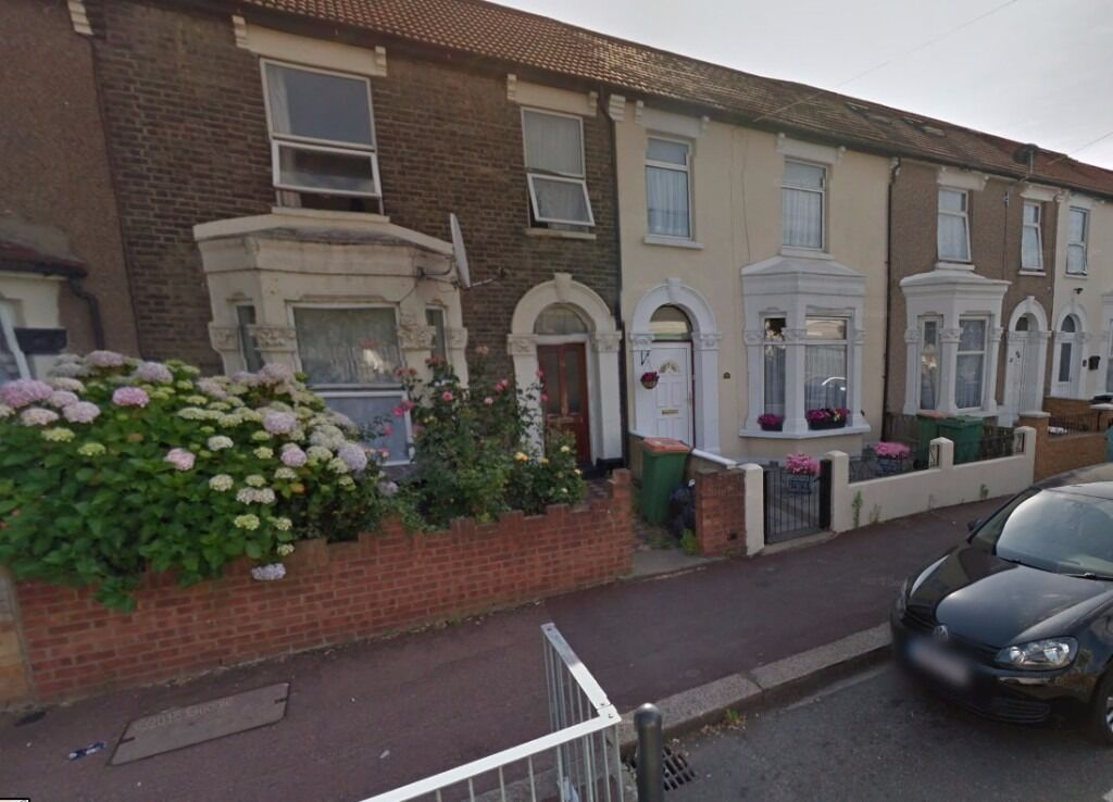** Lovely semi double room available in a quiet house in Manor park.. Available now**