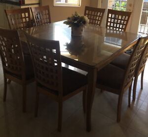 Dining room table with 8 chairs/Table à manger avec 8 chaises