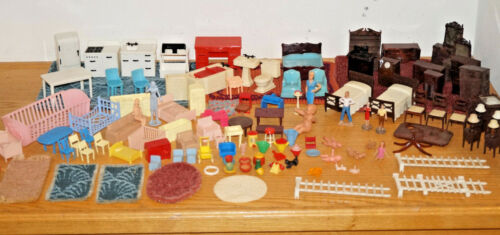 LOT OF VINTAGE RENWALL PLASCO TOY DOLL HOUSE MINIATURE PLASTIC FURNITURE & RUGS