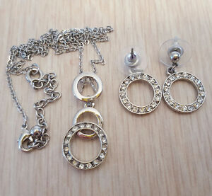 SILVER TONED NECKLACE AND EARRING SET WITH CLEAR RHINESTONES