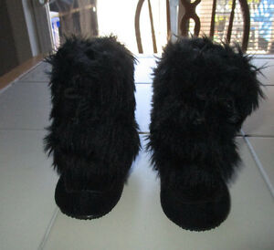 Girls black fuzzy boot slippers in size 3 from Gymboree