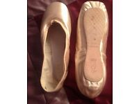 Size 7 1/2 ballet pointe shoes