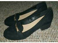 Like New Ladies Shoes Loafer Black Gold Size 5 Peacocks