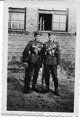 1 altes Foto Soldaten aus Calw in Uniform mit Blumenschmuck und K98