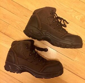 Men's extreme workload protective working shoes in size 10