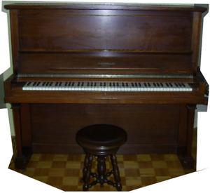 Piano droit couleur acajou de Heintzman & co.
