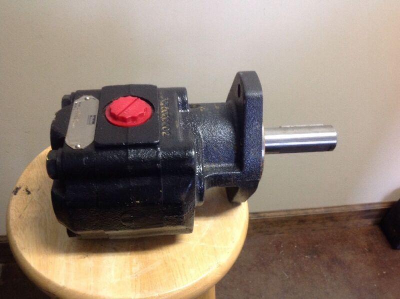 """Parker Hydraulic Pump 10080130. 1 1/4"""" Keyed Shaft."""