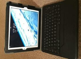 iPad 2 16GB Wifi (White) with iLuv Bluetooth Keyboard Folio Case