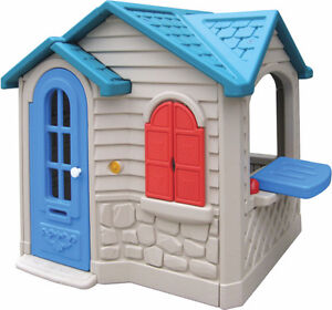 outdoor playhouse / maisonnette exterieur