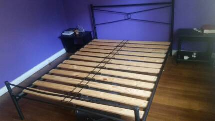 Queen Size Bed - Metal frame - Great Condition - Ready to go!