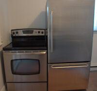 Réfrigérateur à congélateur au bas et cuisinière vitro inox.