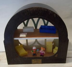 Small Wood Doll House With Dolls