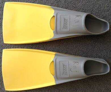 ** AS NEW ZOGGS junior natural rubber long blade fins size US 5-6