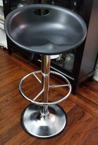 Swiveling bar stool