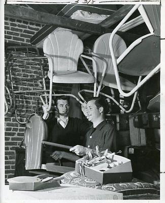 PALMER LEE RICHARD LONG GET PATIO CHAIRS FOR PICNIC ORIGINAL 1953 PRESS PHOTO