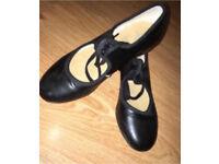 Ladies size 1 black tap shoes