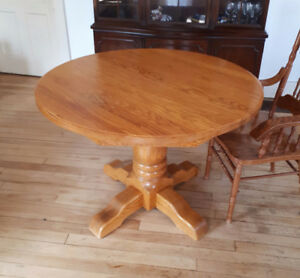 Solid oak pedestal table with 2 extensions