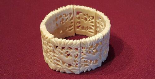 Vintage Ivory-colored Carved Stretch Bracelet