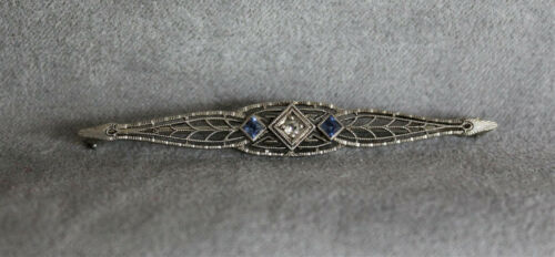 18 KT WHITE GOLD BAR PIN WITH 1 SMALL DIAMOND AND 2 SMALL SAPPHIRES