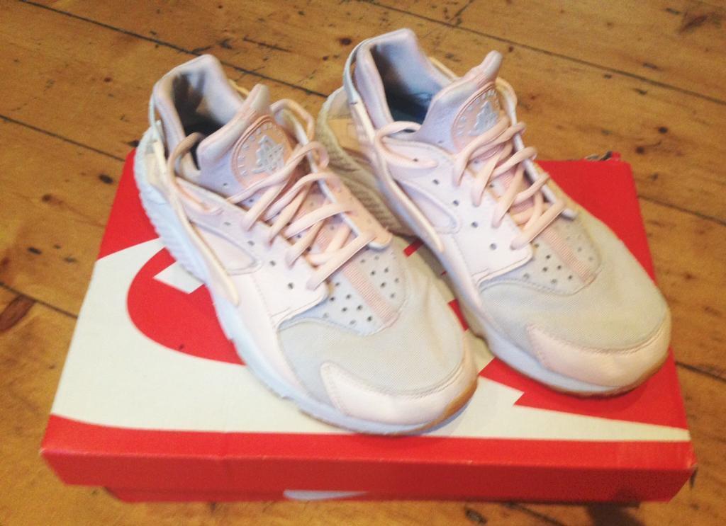 Girls Nike huaraches light peach colour - SIZE 5