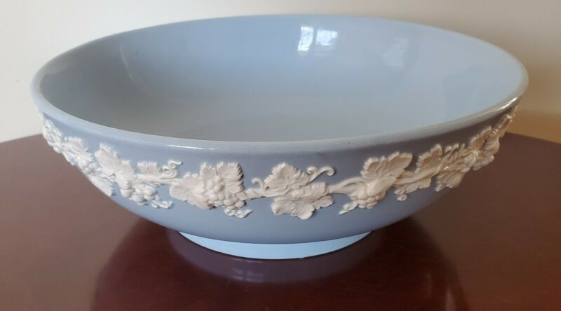 """Wedgwood Queensware LARGE SALAD SERVING BOWL (10"""") Cream on Lavender Shell Edge"""
