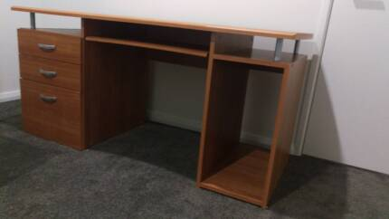 Office desk and executive chair in very good condition in Perth