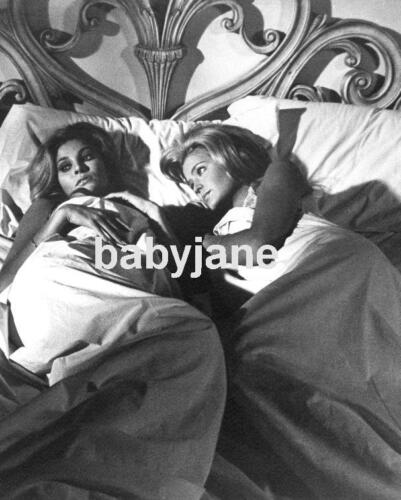 023 RAQUEL WELCH & FARRAH FAWCETT IN BED TOGETHER MYRA BRECKINRIDGE PHOTO