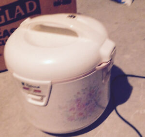rice cooker good size can be used for cooking noodles, soup