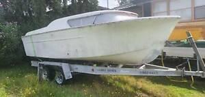 19 ft fibreglass boat on 21 foot brooker trailer