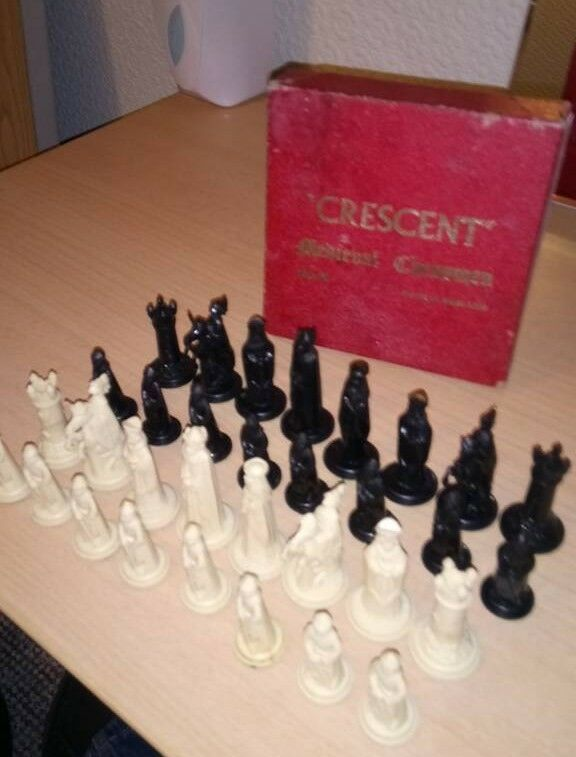 Crescent Medieval Chessmen chess set