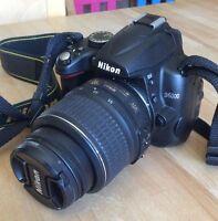 Appareil photo Nikon D5000 avec beaucoup d'équipement
