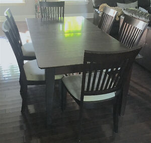 Table and 6 chairs - Table avec 6 chaises