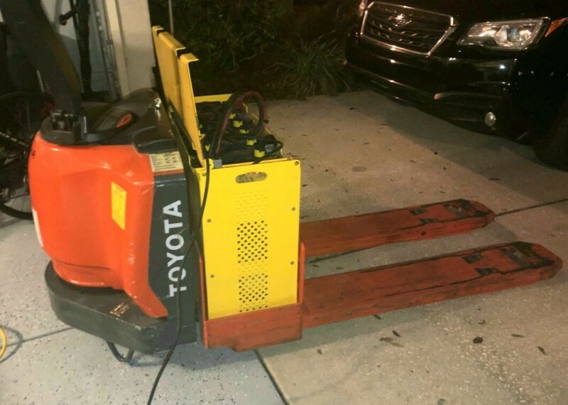 TOYOTA 8HBW30 Electric Pallet Jack 6000LB. Great Condition! Only 531hrs!!